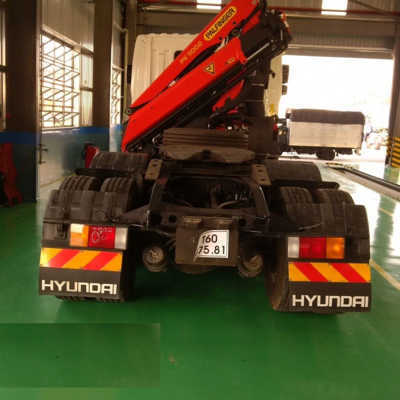 Xe đầu kéo Hyundai HD700 gắn cẩu