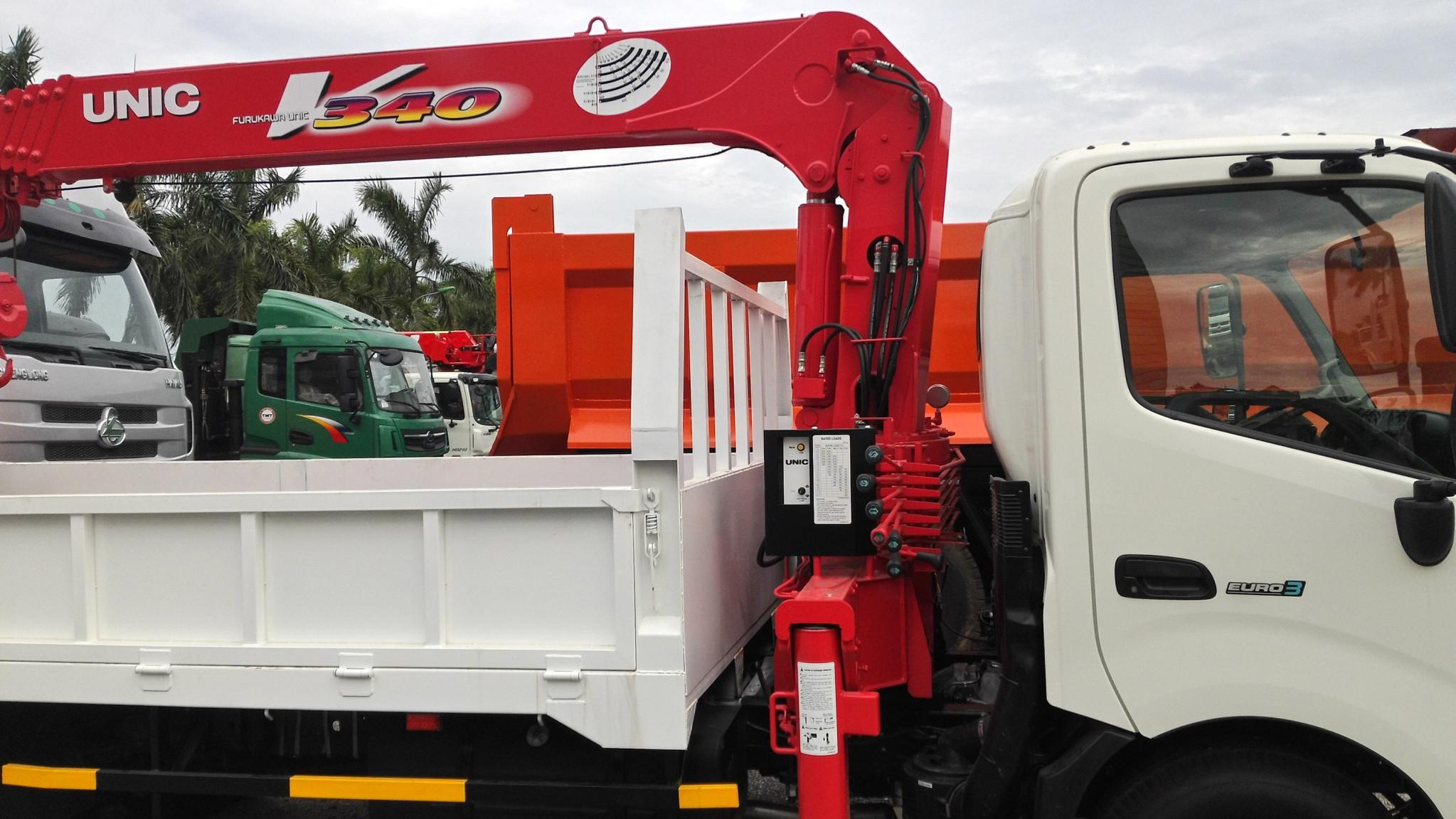 Xe tải Hino WU422L tải trọng 3 tấn gắn cẩu